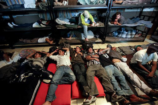 En esta foto de archivo, de Abril 28, 2010, se ve a indocumentados deportados de los Estados Unidos, descansando en un albergue en la frontera, en la ciudad de Nogales, México. Ahora el 23 de feb ...