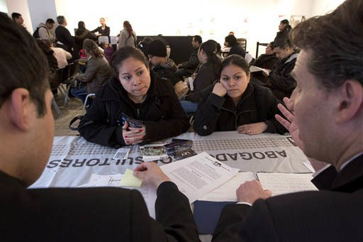 Foto de archivo, Abril 5, 2013. El consulado de México en Nueva York ofreció información y orientación a indocumentados. Aqui el abogado Steven Ross, a la derecha, aconseja a dos mujeres. Ahor ...