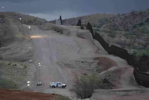 En esta foto de archivo, Abril 22 de 2010, se ve a una patrulla fronteriza vigilando la cerca que divide EEUU de México en Nogales, Arizona. Información del Censo dio a conocer el 6 de diciembre ...