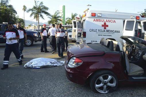 En esta foto de archivo, del 23 de febrero del 2013, servicios de emergencia responden a un accidente en México. Ahora el 9 de enero del 2017 el gobierno anunció que ha unificado los servicios t ...