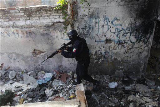 En esta foto de archivo, de Abril 6 del 2011, se ve a un oficial de policía de élite en un operativo en el puerto de Mazatlán, Sinaloa. Ahora el 23 de enero del 2017 las autoridades mexicanas   ...