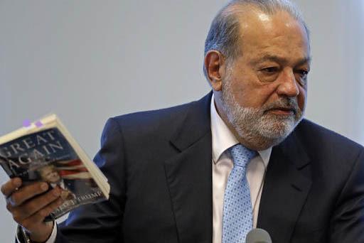 El billonario mexicano Carlos Slim sostiene un libro del presidente de los EEUU, Donald Trump, al dar una conferencia de prensa, el 27 de enero del 2017 en la ciudad de México, para hacer un llam ...