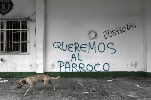 """Esta foto de archivo, del 13 de noviembre del 2016, se lee en una pared del palacio municipal de Catemaco, Veracruz: """"Justicia"""", """"Queremos al párroco"""", una demanda de los pobladores ante el secue ..."""