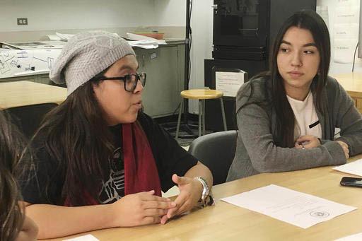 Foto de archivo, Dic. 1, 2016, las estudiantes de origen mexicano Yatziri Tovar, izquierda, y Roxanna Herrera, discutían su situación en sus proyectos de viaje fuera de EEUU y la próxima nueva  ...