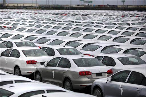 Foto de archivo, Sept. 19, 2013. Autos Volkswagen Jettas producidos en Mexico para exportación esperan en una terminal del puerto de Veracruz, Mexico, para ser transportados al extranjero. (Archi ...