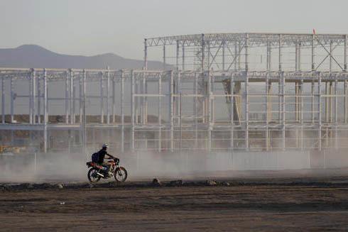 El 4 de enero del 2017 un obrero pasa en su moto cerca del sitio de construcción, en San Luis Potosí, de lo que sería la planta ensambladora de la Ford, que en días pasados anunció la cancela ...