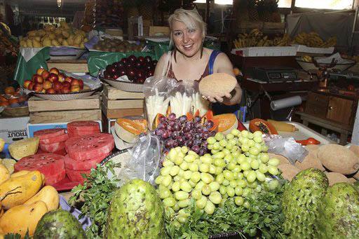 Una reportera de la revista Time, en foto de archivo de marzo 15 del 2011, muestra frutas mexicanas como el mamey que tiene en la mano. Las frutas mexicanas se exportan a todo el mundo y son aprec ...