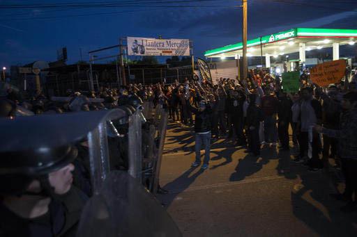 Las protestas contra el incremento a los precios de la gasolina fueron contenidas por la policía, en una estación de gasolina, en Rosarito, cerca de Tijuana, México, el 7 de enero del 2017. (AP ...