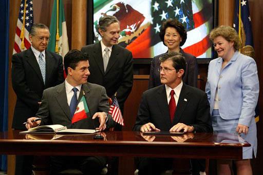 En esta foto de archivo, del 21 de julio del 2004 en Washington, aparece sentado al frente a la izquierda Gerónimo Gutiérrez, entonces subsecretario de de Relaciones Exteriores para Norteaméric ...