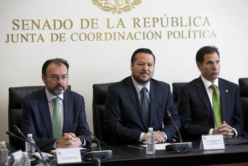 Desde la izquierda: El secretario de Relaciones Exteriores de México, Luis Videgaray; Senador Fernando Herrera Avila, y senador Pablo Escudero Morales hablan el 24 de enero del 2017 en la Ciudad  ...