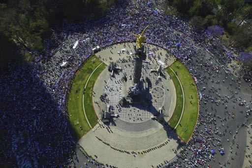 Manifestantes en la zona del monumento al Angel de la Independencia en la Ciudad de México expesaron su rechazo a la hostilidad y políticas del presidente de Estados Unidos, Donald Trump, el 12  ...