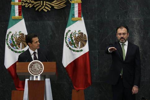 El Presidente de México, Enrique Peña Nieto, a la izquierda, observa a Luis Videgaray, quien jura como nuevo Secretario de Relaciones Exteriores del país, el miércoles 4 de enero del 2017, en  ...
