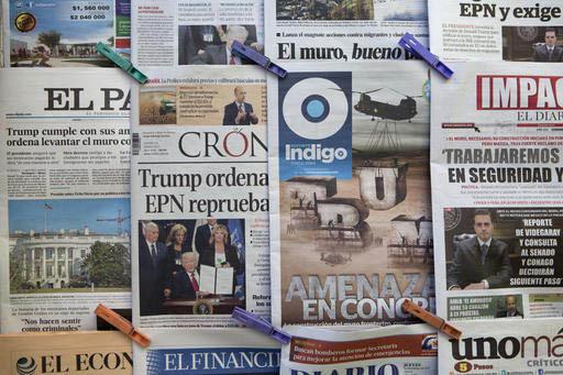 Titulares de periódicos mexicanos, el 26 de enero del 2017 en la Ciudad de México, reaccionaron al anuncio del presidente Donald Trump para construir el muro fronterizo. En uno de ellos se obser ...