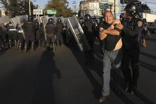 La Policía removió a manifestantes que bloqueaban un camino principal en protesta por el alza a los precios de la gasolina, en la Ciudad de México, el 4 de enero del 2017. Los protestantes bloq ...