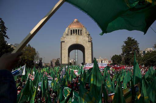 Miles de campesinos y granjeros con sus familias, procedentes de todo el país, se manifestaron el martes 31 de enero del 2017 en el Monumento a la Revolución, en la Ciudad de México. Protestaro ...