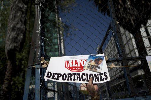 """Una mujer sostiene un cartel que dice """"Alto a las deportaciones"""", durante una manifestación en la Ciudad de Mexico el 21 de enero del 2017, frente a la embajada de Estados Unidos.  (Archivo/AP Ph ..."""