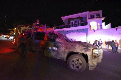 Efectivos de la Marina Mexicana patrullan el área urbana de Tepic, Nayarit, donde el viernes 10 de febrero del 2017 hubo un enfrentamiento. Un lider del cartel de los Beltrán Leyva y otros sospe ...