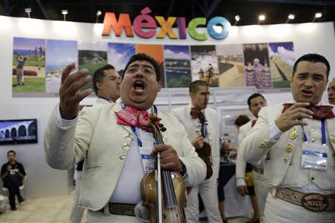 En esta foto de archivo, de marzo 13 del 2013, los mariachi Jorge Salvidar, izquierda, y Manuel Mendez, derecha,  actúan en un evento promocional, en Miami, Fla.(Archivo/AP Photo/Lynne Sladky).