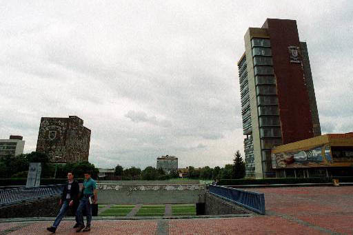 Una vista de la explanda central de la Ciudad Universitaria, donde se aprecian, a la izquierda la Biblioteca Nacional y a la derecha el edificio de la rectoria de la Universidad Nacional Autonoma  ...