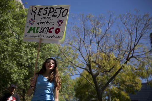 """Una mujer manifestante sostiene una pancarta que dice: """"Respeto para nuestro México y los migrantes mexicanos"""", durante una protesta y marcha contra Donald Trump, impulsada por mujeres, frente a  ..."""