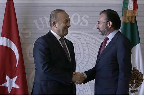 El secretario de Relaciones Exteriores de México Luis Videgaray, a la derecha, saluda al ministro de Asuntos Exteriores de Turquía, Mevlüt Çavuşoğlu, en la Ciudad de México, el 3 de febrero ...