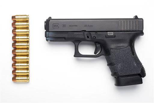 Una pistola A Glock 30SF .45 semi-automatica, ejemplo de una arma de fuego. (Archivo/AP Photo/Cliff Owen).