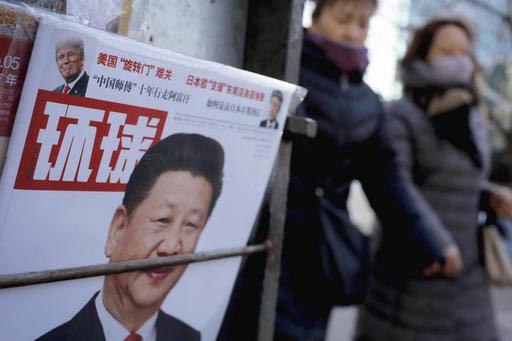 La portada de una revista china tiene en la foto principal al presidente de China Xi Jinping, y en la parte de arriba al presidente de Estados Unidos, Donald Trump, el 9 de febrero del 2017 en Bei ...