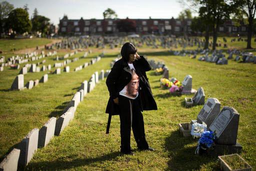 Dorothy Johnson visita la tumba de su hijo, Khaaliq Jabbar Johnson, en Philadelphia el 9 de mayo del 2016. Johnson fue balaceado siete veces por la disputa de un espacio en un estacionamiento, en  ...