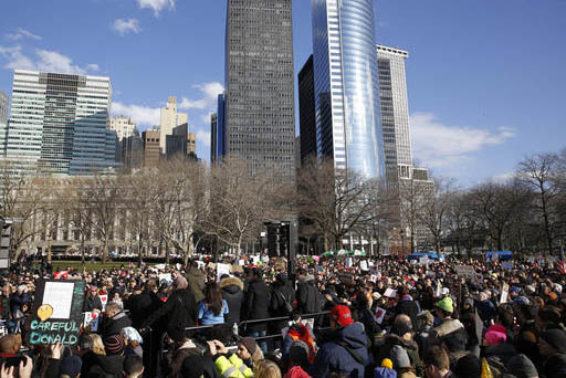 Manifestantes por los derechos de los inmigrantes se expresaron en Battery Park, el domingo 29 de enero del 2017, en New York. (AP Photo/Kathy Willens).