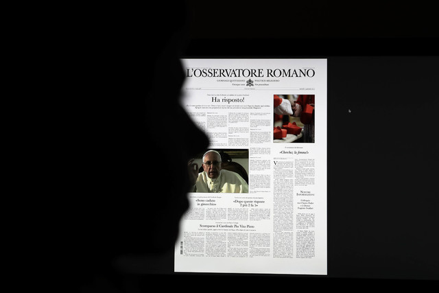 """Una copia falsa del periódico de El Vaticano, """"L'Osservatore Romano"""", se puede ver en la pantalla de una computadora, el 10 de febrero del 2017. Esta copia falsa apareció al mismo tiempo que cie ..."""