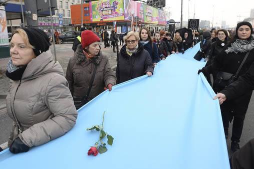 Mujeres en protesta marchan en Varsovia, Polonia y llevan una bandera azul en símbolo de solidaridad con las víctimas de violencia, en el Día Internacional de la Mujer, el 8 de marzo del 2017.  ...