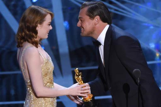 """El actor Leonardo DiCaprio entrega a Emma Stone el premio Oscar como la mejor actriz principal en la película """"La La Land"""", durante la entrega de premios el domingo 26 de febrero del 2017 en Los  ..."""