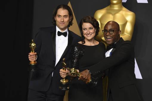 """Desde la izquierda: Jeremy Kleiner, Adele Romanskiy Barry Jenkins, ganadores de Oscar a la mejor fotografía con la cinta """"Moonlight"""", el domingo 26 de febrero del 2017, en Los Angeles. (Photo by  ..."""
