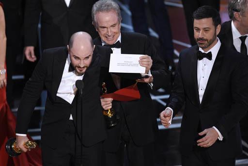 """Luego de un momento de error Jordan Horowitz (izquierda), productor de """"La La Land,"""" muestra el sobre que revela a """"Moonlight"""" como la verdadera ganadora del Oscar a la mejor película, el domingo ..."""