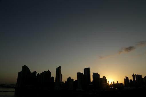La ciudad de Panamá se dibuja en su contorno, en el atardecer del miércoles 4 de enero del 2017. (AP Photo/Arnulfo Franco).