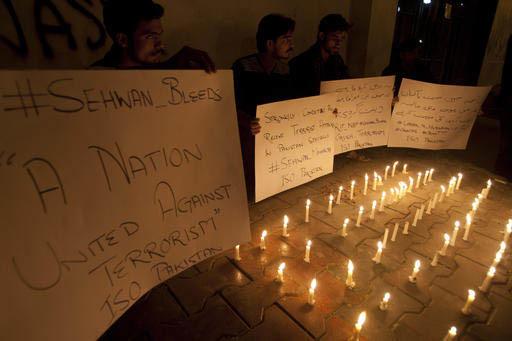 Estudiantes de Pakistan prendieron velas y dieron mensajes de condena al ataque suicida con bomba en un santuario de Karachi, Pakistán, el 16 de febrero del 2016, que dejó decenas de muertos.  ( ...