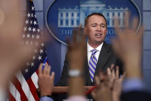 Mick Mulvaney, Director de Presupuesto, habla con reporteros en la Casa Blanca, el lunes 27 de febrero del 2017. (AP Photo/Manuel Balce Ceneta).
