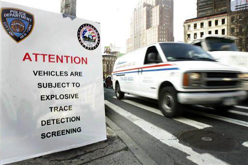 Un aviso en la 6ta. avenida y Canal St. en Nueva York previene a conductores que deben ser inspeccionados sus vehículos, el 5 de junio del 2007. Funcionarios de gobierno y la Policía piensan que ...