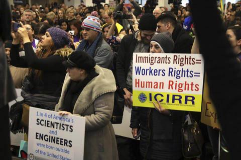 Manifestantes ofrecen su apoyo a los derechos de los inmigrantes y contras las anunciadas políticas del presidente electo, el sábado 14 de enero del 2017, en Chicago.  (Abel Uribe/Chicago Tribun ...