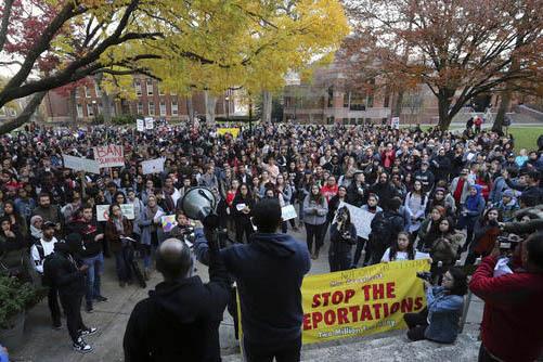 Foto de archivo, en noviembre 16 del 2016 surgen protestas por las políiticas sobre migración anunciadas por Donald Trump. Esta protesta fue en Rutgers University, New Brunswick, N.J. Ahora a pr ...