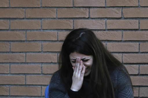 Nour Essa, una de los refugiados que el papa Francisco trajo consigo a Roma desde Lesbos, Grecia, reacciona con llanto al escuchar el discurso del Papa el viernes 17 de febrero del 2017 en la Univ ...