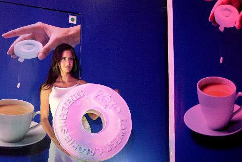 """En esta foto de archivo, del 2 de febrero del 2005, en Bombay, India, una modelo presenta el producto """"Zero"""", un substituto de azúcar con base en sucralosa y sin calorías. A finales del 2016 alg ..."""