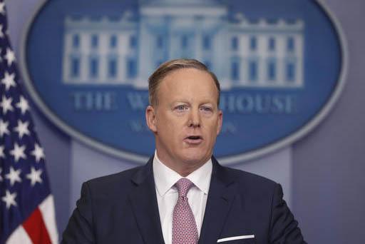 El secretario de prensa de la Casa Blanca, Sean Spicer, habla a representantes de medios de comunicación en la sala de prensa el lunes 23 de enero del 2017, en Washington. Entre otros temas dijo  ...