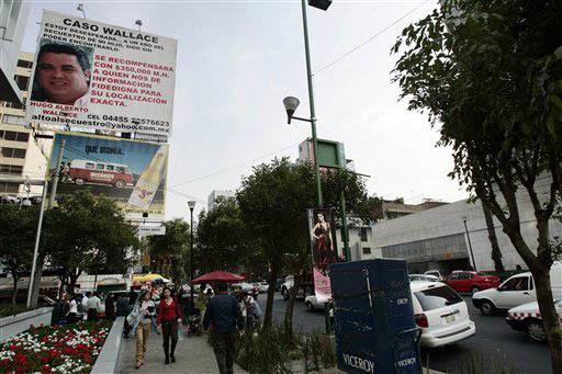 Esta es una foto de archivo, de mayo 23 del 2007, en la Ciudad de México, con un aviso espectacular donde se ofrece recompensa a quien proporcione información para encontrar a un hombre secuestr ...