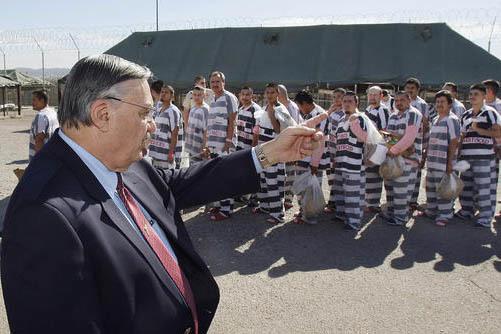 El entonces Sheriff de Maricopa County, Joe Arpaio, en foto de archivo dell 4 de febrero del 2009, da órdenes a unos 200 presos convictos, con estatus de indocumentados. Ahora en enero del 2017 s ...