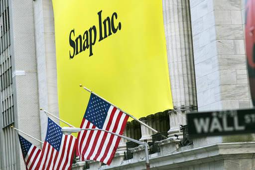 Una manta espectacular con el nombre de la compañía dueña de Snapchat aparece al frente del edificio sede de New York Stock Exchange, el jueves 2 de marzo del 2017, cuando empezó a cotizar en  ...