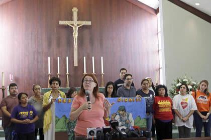 Jeannette Smith, al centro, acompañada por miembros de la comunidad, habla a la prensa sobre los temores y las acciones en el tema de migración, el 13 de febrero del 2017 en Miami. (AP Photo/Ala ...
