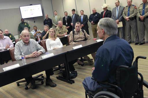 El Secretario de Seguridad Territorial, John Kelly, izquierda, habla sobre la seguridad en la frontera con el gobernador de Texas Greg Abbott, al frente a la derecha, el 1 de Febrero del 2017 en W ...