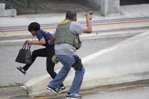 Un oficial de seguridad evacúa a un pasajero en el aeropuerto Fort Lauderdale–Hollywood, de Florida, el viernes 6 de enero del 2017. Un hombre, sin aparente motivo, disparó una pistola matando ...