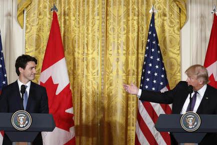 El Presidente Donald Trump (derecha) y el primer ministro de Canadá, Justin Trudeau, durante una conferencia de prensa en la Casa Blanca, luego de sostener una reunión de trabajo el 13 de febrer ...